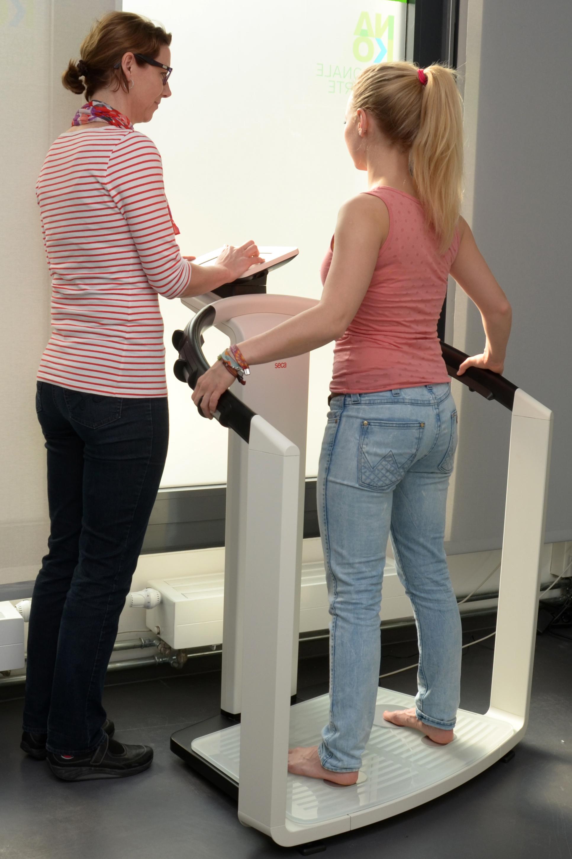 Die Körperzusammensetzung – Anteile von Muskelgewebe, Knochen, Wasser und Fett an der gesamten Körpermasse – wird mit Hilfe der nicht invasiven bioelektrischen Impedanzanalyse (BIA) gemessen.