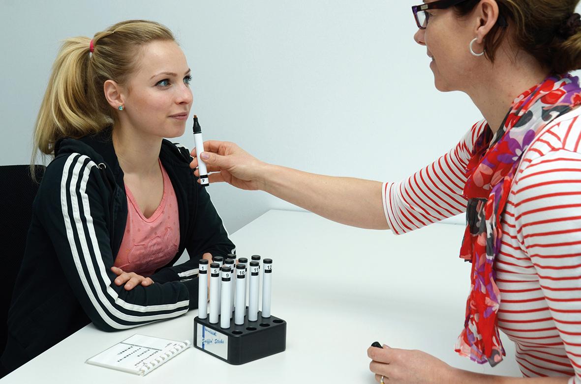 Die Prüfung des Geruchssinnes erfolgt an zwölf verschiedenen Geruchsstoffen. Damit können Funktionseinschränkungen des Geruchssinns erkannt werden.